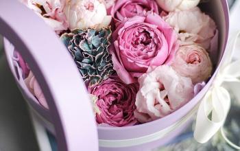 Цветочные композиции в шляпной коробке: как ухаживать и чем они отличаются от стандартного букета